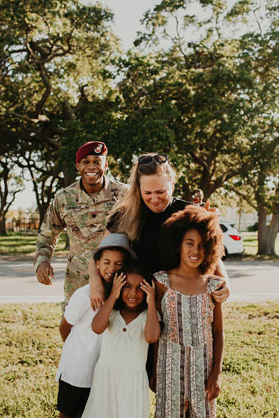 Soldier photobombs family photo